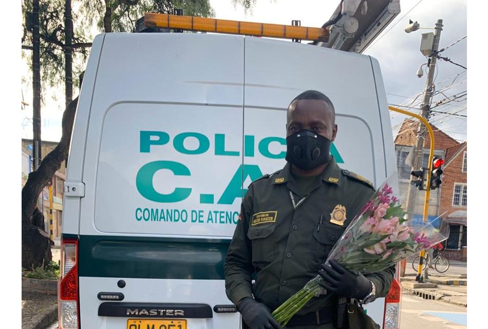 De la mano de la Policia entregando a madres vulnerables!